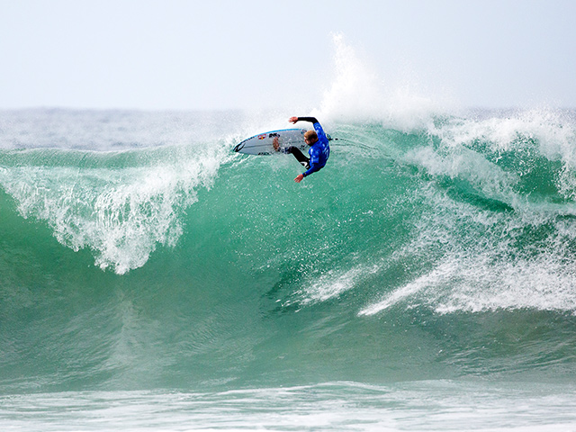 M fanning surfer